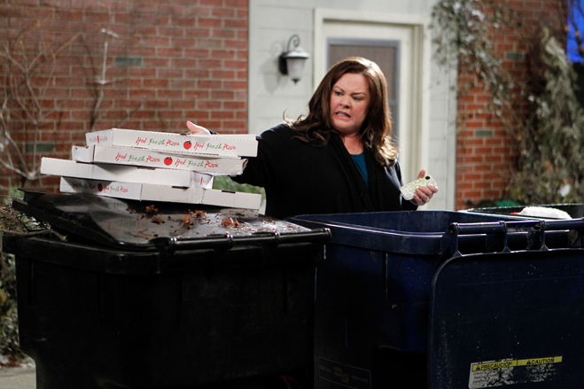 Melissa McCarthy as Molly Flynn throwing away pizza boxes