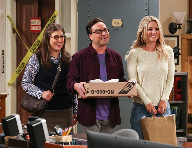 Mayim Bialik, Johnny Galecki and Kaley Cuoco as Amy, Leonard and Penny bringing home takeout food