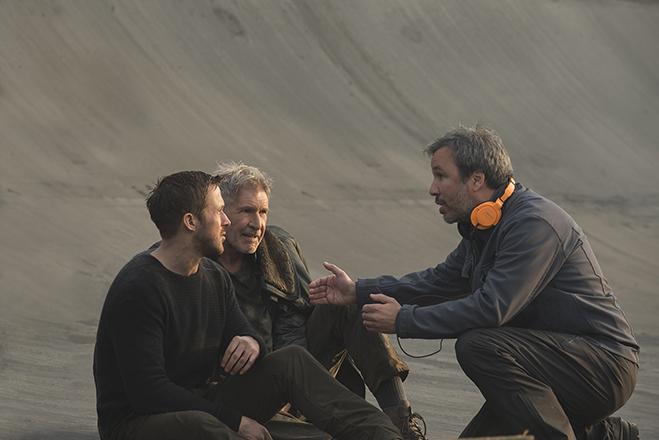 Ryan Gosling, Harrison Ford discuss an exterior scene with director Denis Villeneuve.